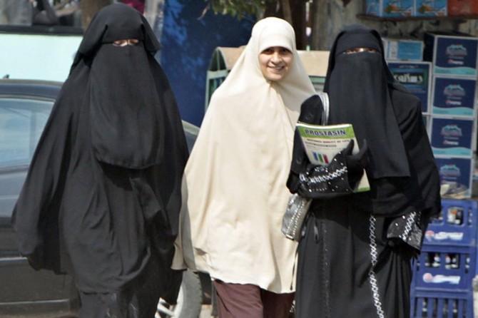 Darbeci Sisi, Kahire Üniversitesinde peçeyi yasakladı