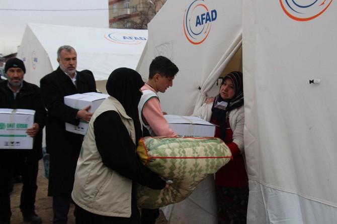 Lise öğrencilerinin başlattığı kampanyada toplanan yardımlar depremzedelere dağıtıldı