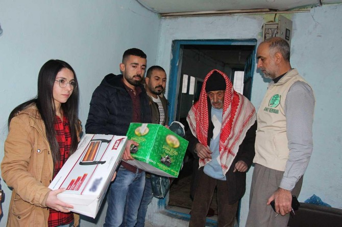 Siirtli gençler sosyal medyada örgütlenip topladıkları yardımları depremzedelere ulaştırdı