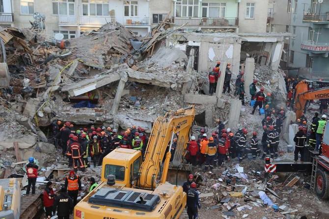 Yazar Hasan Sabaz: Deprem ve enkaz altında kalanlar!