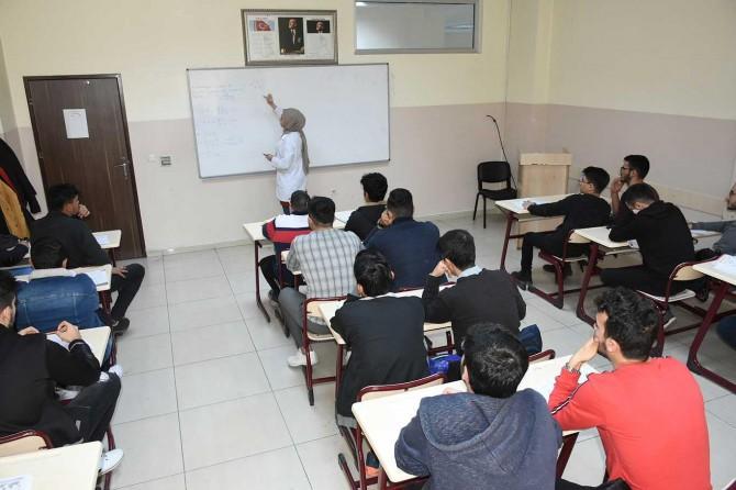 Öğrenciler için ücretsiz deneme sınavları düzenlenip kitaplar dağıtılıyor