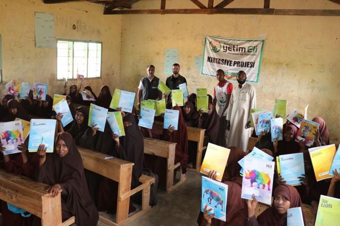 Avrupa Yetim Eli Kenya'daki yoksul öğrencilerin yüzünü güldürdü