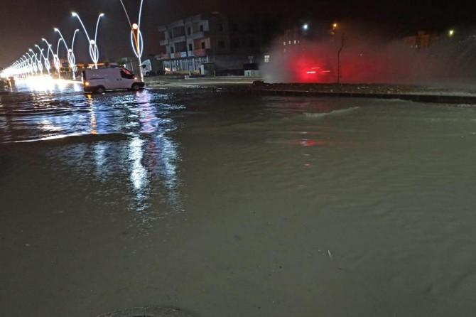 Şırnak Silopi'de şiddetli yağmur nedeniyle caddeler göle döndü