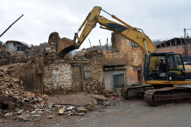 Malatya'da depremde hasar gören evlerin yıkım çalışmaları sürüyor