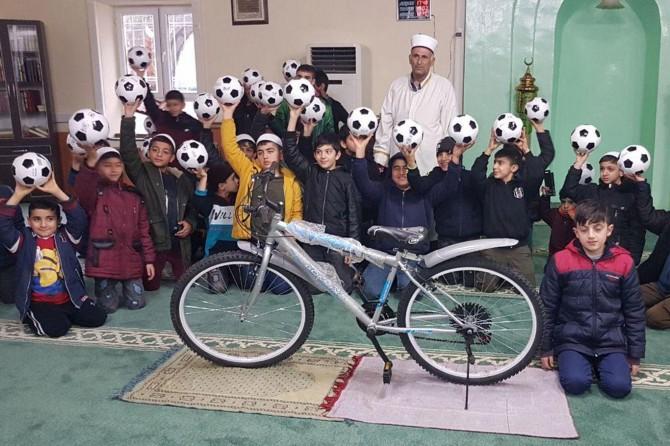 """""""Namazla Buluşuyoruz"""" projesine katılan çocuklara ödüller dağıtıldı"""
