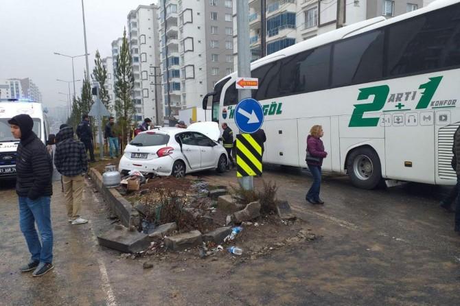 Diyarbakır'da yolcu otobüsü otomobile çarptı