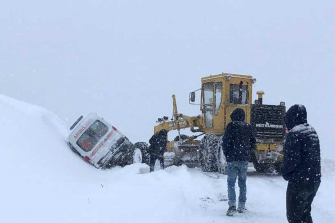 Kiğı'da hasta almaya giden ambulans köy yolunda devrildi