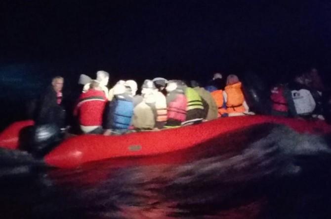 İzmir Foça'da 30 düzensiz göçmen yakalandı