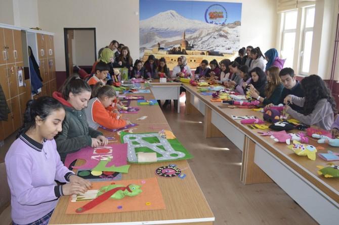Öğrenciler, depremzede çocuklar için oyuncak hazırlıyorlar