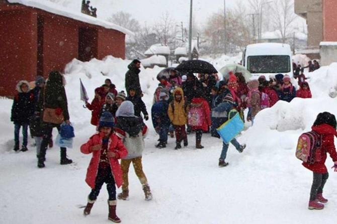 Ağrı'da kar nedeniyle eğitime bir gün ara verildi
