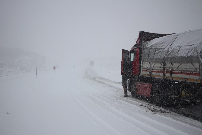Bingöl-Elâzığ karayolu büyük araç trafiğine kapatıldı