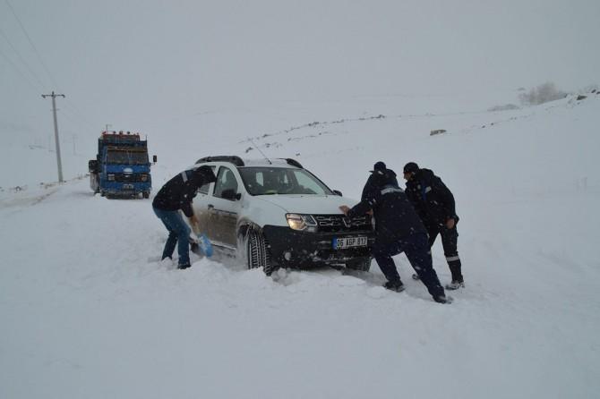 Elektrik arıza ekibi Diyadin'de mahsur kaldı