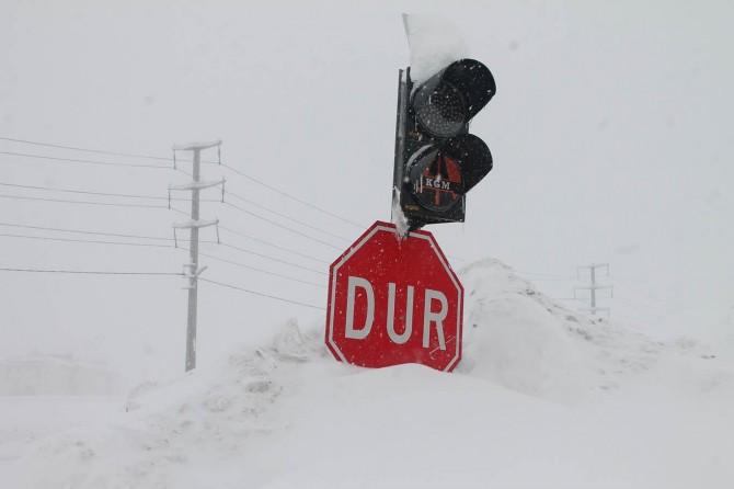 Yoğun kar yağışı ve tipi nedeniyle Bitlis'te adeta hayat durdu