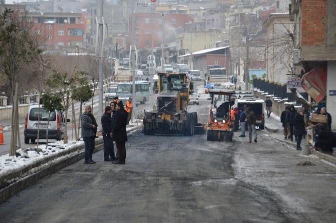 Siirt'te Karayollarının eksi 8 derecede yola sıcak asfalt dökmesi tepkilere neden oldu