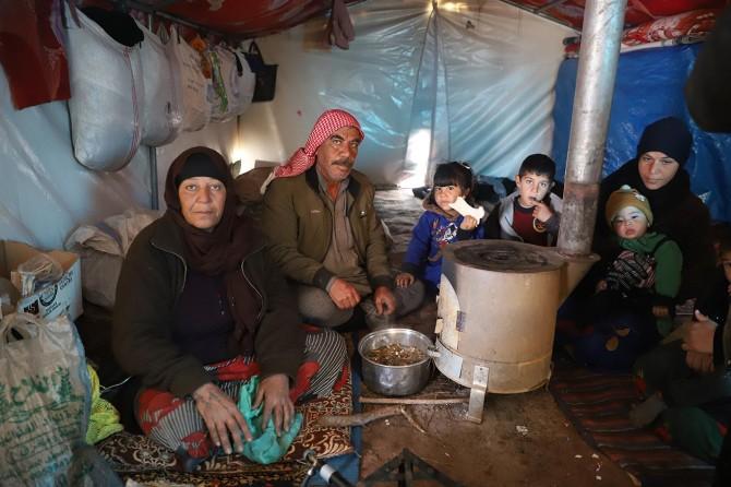 Kar yağışı Suriye'deki çadır kentlerde hayatı zorlaştırıyor