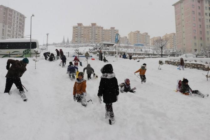 Malatya'da kar tatilini fırsat bilen çocuklar doyasıya eğlendi