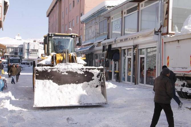 Van'da kar temizleme çakışmalarında esnaf ve belediye birlikte çalıştı