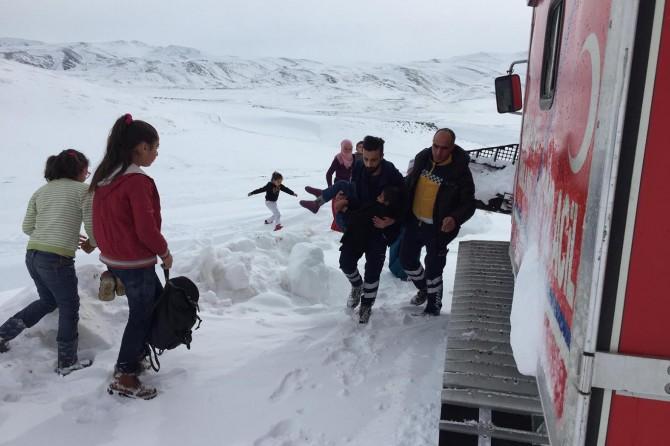 Epilepsi hastası çocuk kar üstü paletli araçla hastaneye yetiştirildi