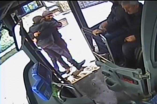 Bingöl'de özel halk otobüsü şoförü, engelli genci kucağında taşıyarak otobüse bindirdi