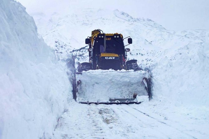 Batman'da kar nedeniyle kapanan köy yollarını açma çalışmaları sürüyor