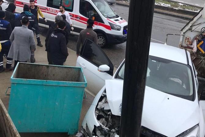 Otomobil aydınlatma direğine çarptı: 1 kişi yaralandı