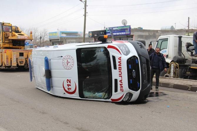 Diyarbakır'da hasta taşıyan ambulans devrildi