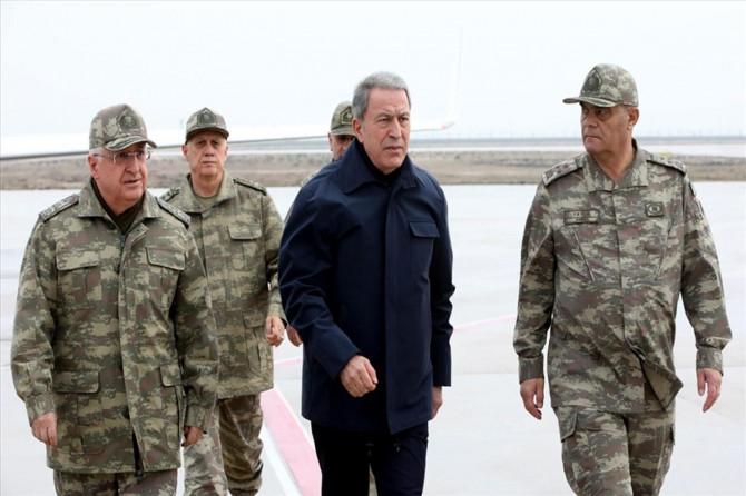 Bakan Akar ve komutanlar Suriye sınır hattındaki birliklerde incelemelerde bulunuyor