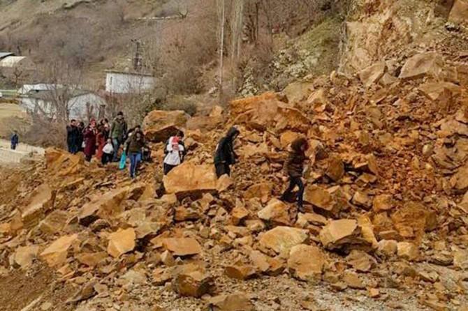 Batman'da heyelanın kapattığı grup köy yolu ulaşıma açıldı