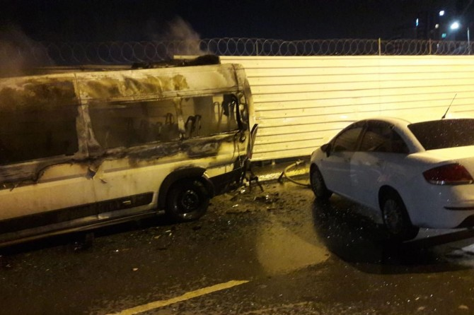İstanbul Zeytinburnu'nda zincirleme kazada alev alan minibüs hurdaya döndü