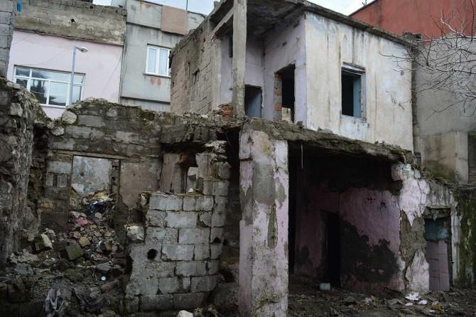Madde bağımlılarının mesken tutuğu harabe evin yıkılmamasına vatandaşlardan tepki geldi