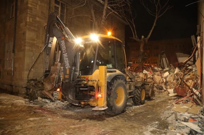 Van'daki kaçak yapılar belediye ekipleri tarafından yıkıldı