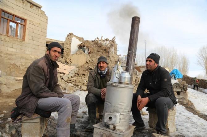 Van'daki depremzedeler enkaza dönüşen evleri için yardım bekliyor