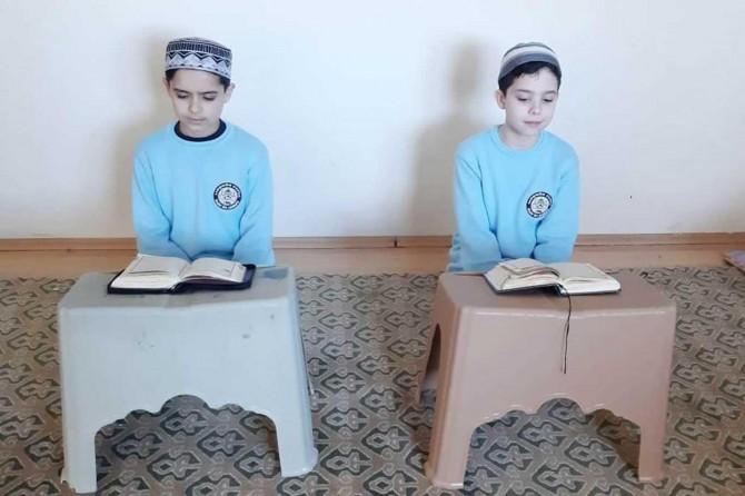 10 yaşındaki Kur'an aşığı iki çocuk 8 ayda hafız oldu