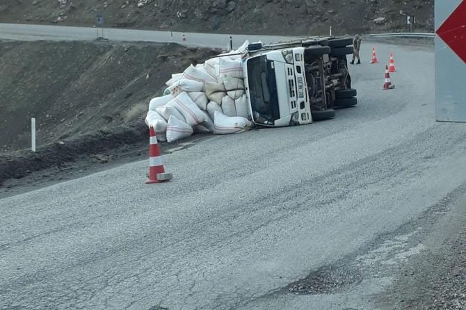 Adıyaman'da saman yüklü kamyon devrildi