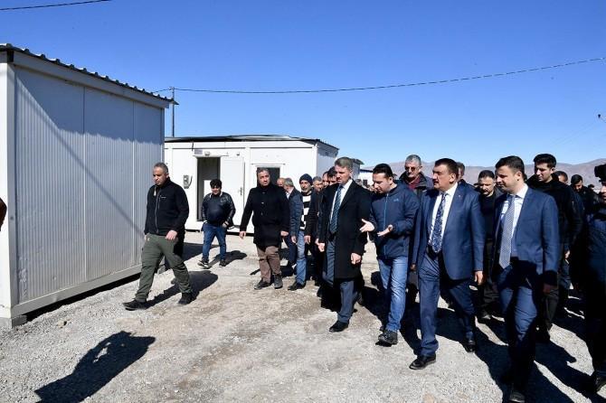 Malatya Valisi Baruş ile Belediye Başkanı Gürkan deprem bölgesinde incelemelerde bulundu