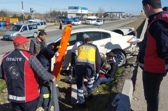 Diyarbakır-Batman karayolunda yayaya yol vermek için duran otomobile, ambulans arkadan çarptı: 6 yaralı
