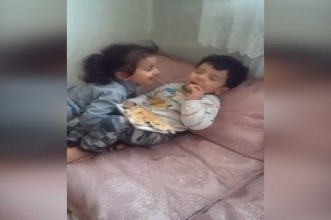 Uykulu bebeğin yemekle imtihanı gülümsetti