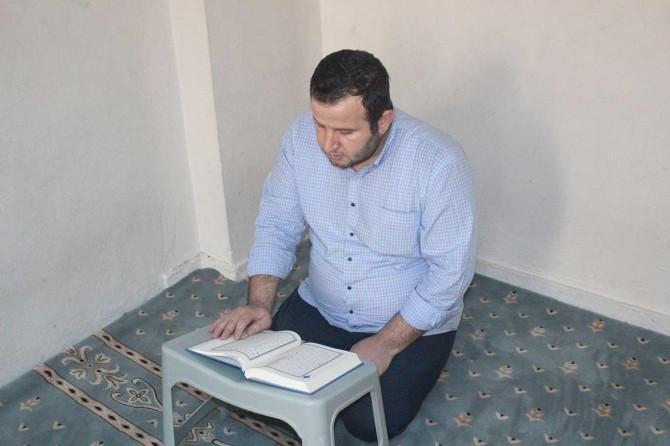 Yarım kalan hafızlığını hizmetli olarak çalıştığı Kur'an kursunda tamamlıyor