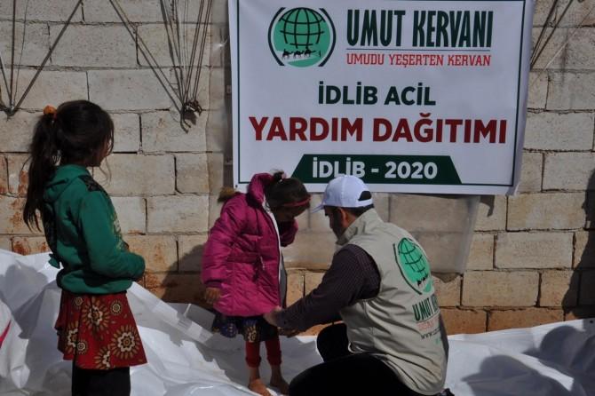 Umut Kervanından kamplardaki İdliblilere giyim ve gıda yardımı