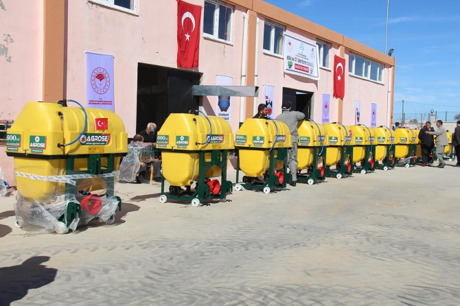 Diyarbakır'da çiftçilere ilaçlama makinası ve fıstık fidanı dağıtıldı