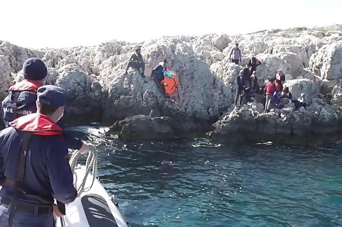 Antalya'da mahsur kalan 41 göçmen kurtarıldı