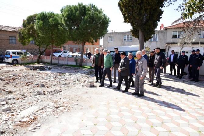 Manisa Valisi Deniz, Akhisar'da depremden etkilenen mahallelerde incelemelerde bulundu