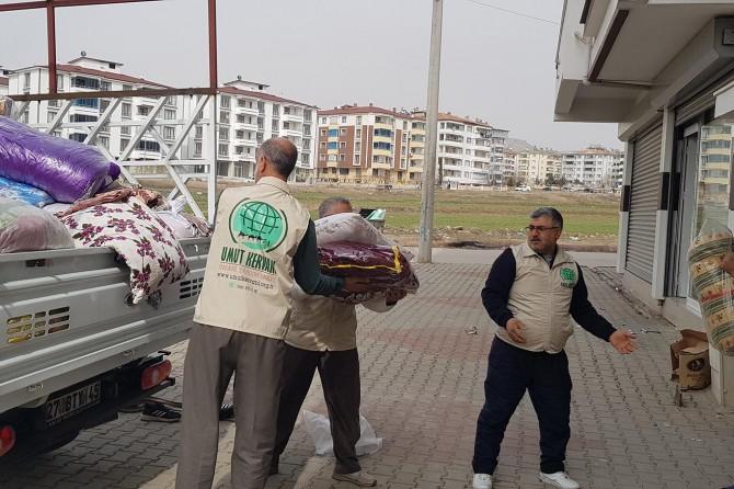 Elâzığ Umut Kervanı, Gazianteplilerin depremzedelere gönderdiği yardımları ulaştırıyor