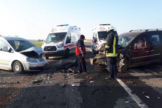 Kafa kafaya çarpışan 2 araçta 9 kişi yaralandı