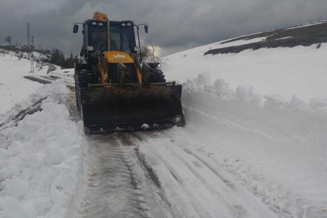 Adana Kozan'da kar yağışı sonrası kapanan yollar açılıyor