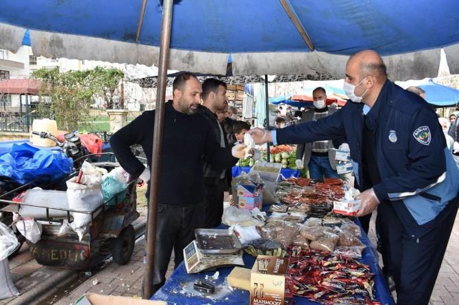 Diyarbakır'da pazar esnafı ve vatandaşlara maske ile eldiven dağıtıldı