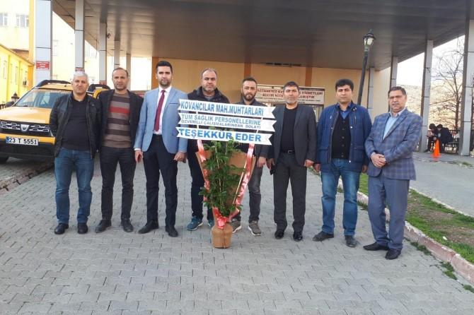 Elazığ'da muhtarlardan sağlık çalışanlarına çiçekli destek