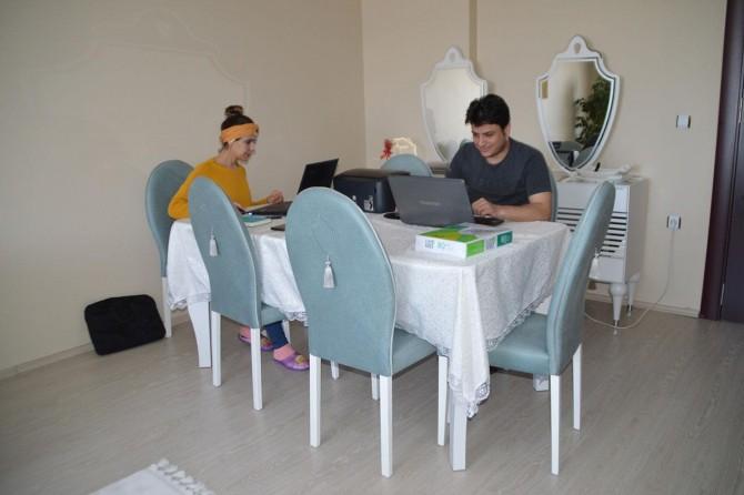Corona virüs tedbirleri kapsamında evde çalışarak işlerini yürütüyorlar