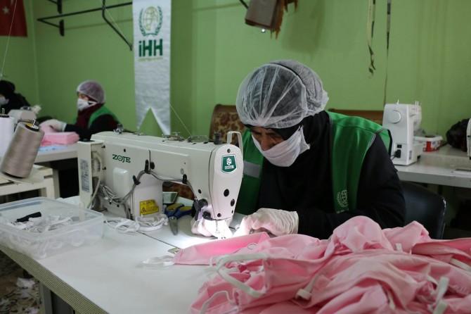 Şanlıurfa'da Suriyeli kadınlar gönüllü olarak günde bin adet maske üretiyor