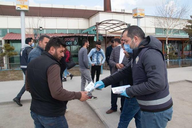 Ağrı Emniyet Müdürlüğü personeli broşürle vatandaşları uyardı